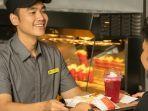 staf-mcdonalds-saat-memberikan-pesanan-makanan-kepada-pelanggan.jpg