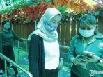 staff-kebun-binatang-surabaya-sedang-memeriksa-tiket-masuk.jpg