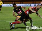 striker-madura-united-aleksandar-rakic-berduel-dengan-pemain-perseru-badak-lampung-fc.jpg