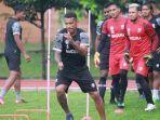 striker-madura-united-fc-alberto-goncalves-saat-melakukan-latihan-fisik.jpg