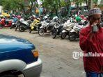 suasana-area-parkir-di-halaman-pasar-srimangunan-kabupaten-sampang-madura.jpg