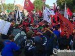 suasana-demo-yang-digelar-oleh-ratusan-buruh-aliansi-getol-jatim-di-depan-gedung-negara-grahadi.jpg
