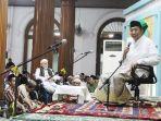 suasana-doa-di-masjid-agung-sunan-ampel-surabaya-saat-peringatan-nuzulul-quran.jpg