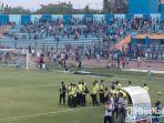 suasana-kerusuhan-di-pertandingan-persela-vs-badak-lampung-di-stadion-surajaya-lamongan.jpg
