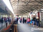 suasana-penumpang-turun-dari-ka-di-stasiun-gubeng-surabaya.jpg