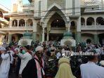 suasana-saat-jemaah-melakukan-salat-idul-fitri-di-masjid-agung-jami.jpg