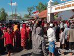 suasana-saat-massa-mengepung-kantor-balai-desa-pamaroh-kecamatan-kadur-kabupaten-pamekasan.jpg