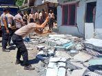 suasana-saat-polisi-berusaha-merobohkan-rumah-yang-rusak-karena-terkena-gempa.jpg