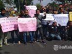suasana-saat-puluhan-jurnalis-pamekasan-melakukan-aksi-demonstrasi-di-depan-kantor-bupati-pamekasan.jpg