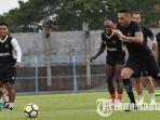 suasana-skuad-madura-united-fc-saat-berlatih-di-stadion-gelora-bangkalan-senin-1122019.jpg