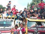 suporter-kacong-mania-sumenep-saksikan-laga-madura-united-vs-sriwijaya-fc.jpg