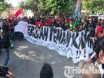 suporter-sepakbola-indonesia-di-surabaya-gelar-aksi-protes-malaysia-di-kantor-asprov-pssi-jatim.jpg