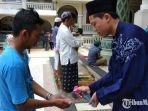 takmir-masjid-agung-malang-saat-menyemprotkan-hand-sanitizer.jpg