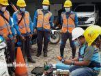 teknisi-pln-up3-pamekasan-madura-saat-hendak-memperbaiki-jaringan-listrik.jpg