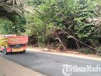 tiang-milik-pt-telkom-bangkalan-miring-di-jalan-raya-desa-bilaporah-kecamatan-socah.jpg