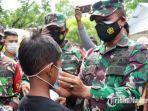 tim-dari-korem-084bhaskara-jaya-memakaikan-masker-kepada-bocah-di-pasar-pamekasan.jpg