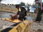 tim-jihandak-brimob-polda-jatim-mengevakuasi-bom-di-tepi-sungai-brantas-tulungagung.jpg