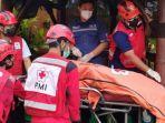 tim-medis-pmi-kota-malang-saat-melakukan-evakuasi-jenazah-satpam.jpg