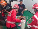 tim-medis-pmi-kota-malang-saat-melakukan-pertolongan-pertama-pemberian-oksigen-kepada-korban.jpg