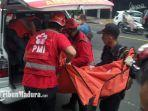 tim-medis-pmi-kota-malang-saat-membawa-jenazah-korban-menuju-kamar-jenazah.jpg
