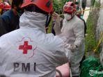 tim-medis-pmi-kota-malang-saat-mengevakuasi-jenasah-korba.jpg