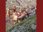 tim-sar-gabungan-saat-melakukan-evakuasi-jenazah-korban-tenggelam-sungai-brantas.jpg