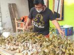 totok-priyanto-40-seorang-pembuat-ketupat-di-kelurahan-manisrejo-kecamatan-taman-kota-madiun.jpg