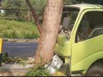 truck-fuso-kecelakaan-dan-menabrak-pohon-di-pamekasan.jpg