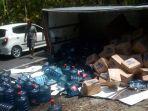truk-boks-angkutan-air-galon-yang-terguling.jpg