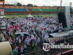 tumpukan-massa-di-dalam-stadion-yang-menginjak-rumput-di-stadion-ratu-pamelingan-pamekasan.jpg