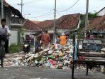tumpukan-sampah-meluber-hingga-menutupi-seperempat-ruas-jalan-di-jalan-letnan-sunarto.jpg