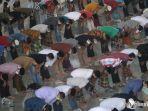 umat-muslim-menjalankan-ibadah-salat-jumat-di-masjid-al-akbar.jpg