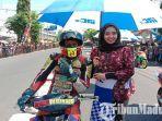 umbrella-girl-pakai-baju-batik-memayungi-pembalap-di-road-race-bupati-cup-open-tournament-2019.jpg