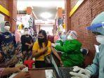 vaksinasi-covid-19-terhadap-pedagang-pasar-tradisional-di-kota-mojokerto.jpg
