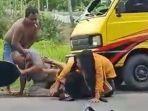 video-dua-pria-paruh-baya-berkelahi-di-pinggir-jalan.jpg