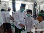 wakil-bupati-gresik-mohammad-qosim-saat-memberikan-santunan-di-masjid-baiturrochim.jpg