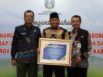 wakil-bupati-sumenep-achmad-fauzi-menerima-penghargaan-di-gedung-negara-grahadi.jpg