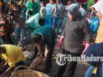 wali-kota-surabaya-tri-rismaharini-dipapah-mengikuti-acara-bersih-bersih.jpg