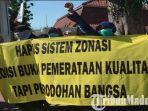 wali-murid-di-surabaya-saat-protes-tentang-ppdb-2019-sistem-zonasi.jpg
