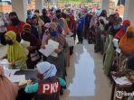 warga-berdesakan-saat-mengantre-pencairan-bantuan-sosial-tunai-di-kantor-kecamatan-puri.jpg
