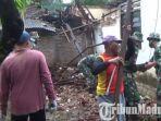 warga-bergotong-royong-memperbaiki-rumah-di-kecamatan-durenan-yang-rusak-akibat-gempa-malang.jpg