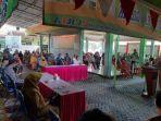 warga-berkumpul-di-kantor-kecamatan-duduksampeyan-gresik-untuk-pembagian-blt.jpg