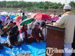 warga-desa-jrebeng-kecamatan-dukun-kabupaten-gresik-salat-istisqa-di-tengah-sungai-bengawan-solo.jpg