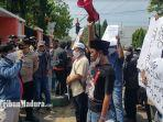 warga-desa-payudan-daleman-demo-di-depan-kantor-dpmd-sumenep-senin-3152021.jpg