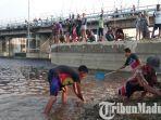 warga-di-kecamatan-laren-kabupaten-lamongan-menangkap-ikan-di-bengawan-solo.jpg