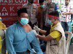 warga-kabupaten-sampang-madura-saat-menjalani-vaksinasi-covid-19-beberapa-waktu-lalu.jpg
