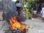 warga-kecamatan-pakong-pamekasan-menutup-akses-jalan-raya1.jpg