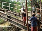 warga-melakukan-perbaikan-jempatan-poros-desa-setempat-karena-ambruk-jumat-812021.jpg