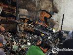 warga-memilih-puing-puing-emas-di-lokasi-terbakarnya-toko-sembako-di-desa-essang-sumenep.jpg