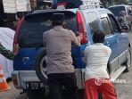 warga-mendorong-mobil-mogok-di-bangkalan.jpg
